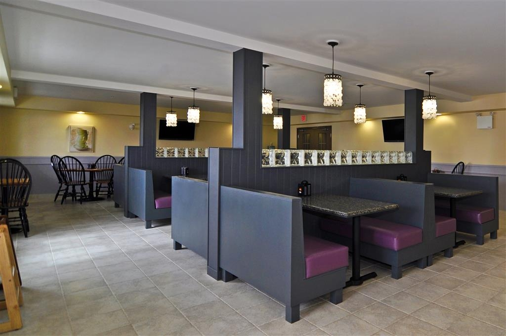 Best Western Plus Woodstock Hotel & Conference Centre - Choose from a wide selection of seating to enjoy your morning hot breakfast served daily from 6 a.m. - 10 a.m.