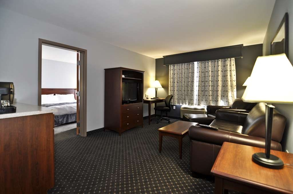 Best Western Plus Woodstock Hotel & Conference Centre - King Suite Living Room