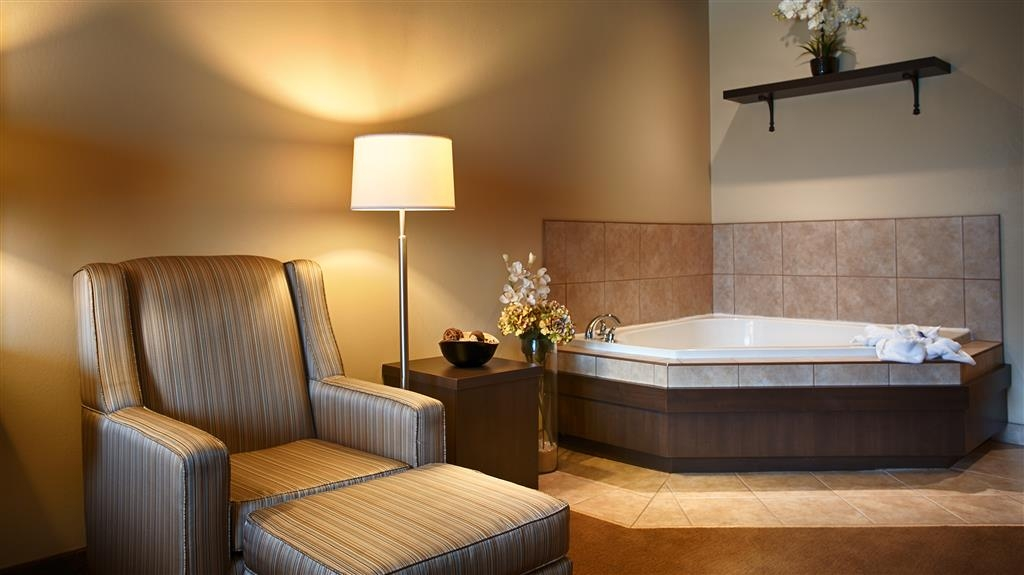 Best Western Plus Saint John Hotel & Suites - Soak in a bubble bath in this king bedroom featuring an in-room whirlpool.