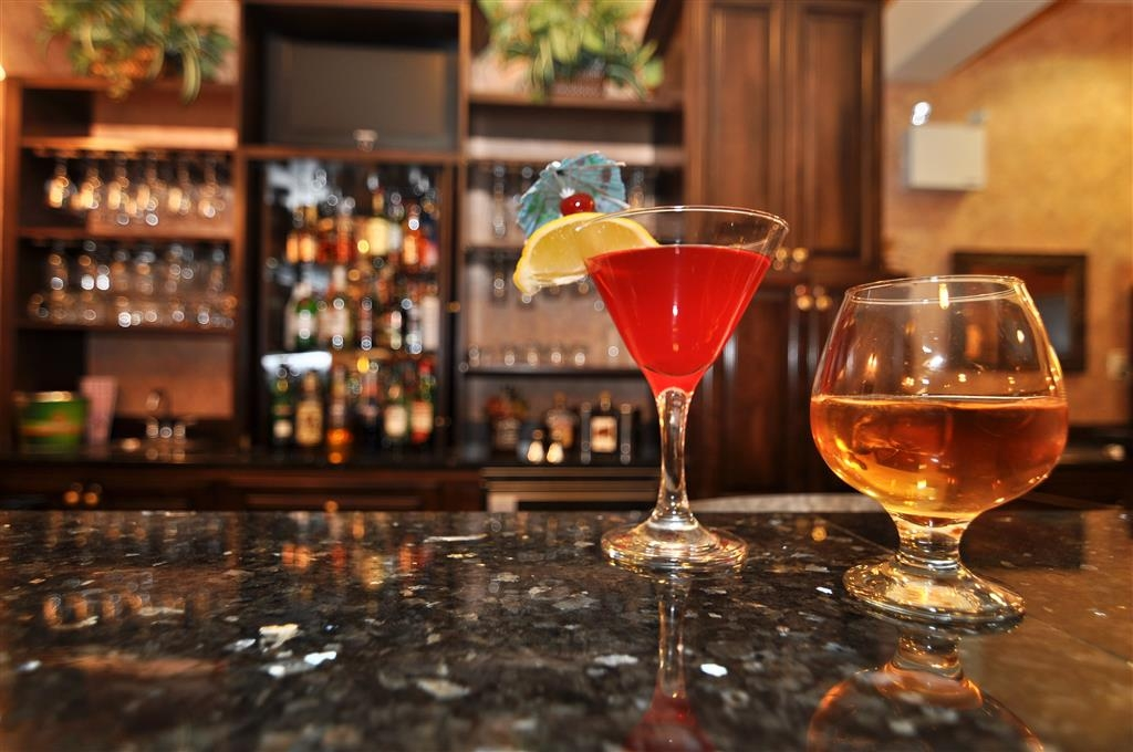 Best Western Plus Fredericton Hotel & Suites - Bar/sala