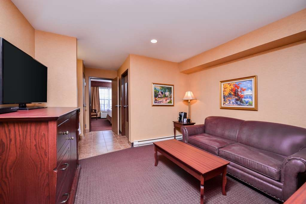 Best Western Plus Fredericton Hotel & Suites - Looking for the convenience of space and comfort then book our king mini suite.