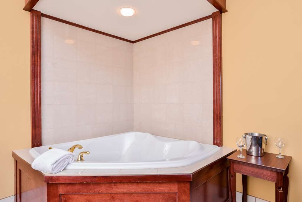 Best Western Plus Fredericton Hotel & Suites - Need a special honeymoon suite? Reserve our whirlpool room today!