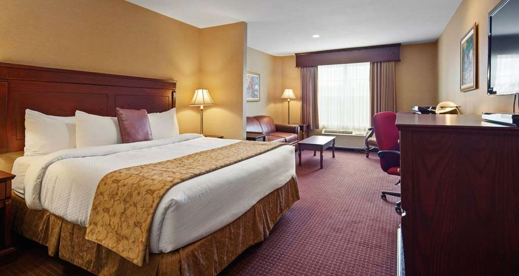 Best Western Plus Fredericton Hotel & Suites - We offer a variety of suite king rooms from executive to standard, some equipped with a sofa bed.