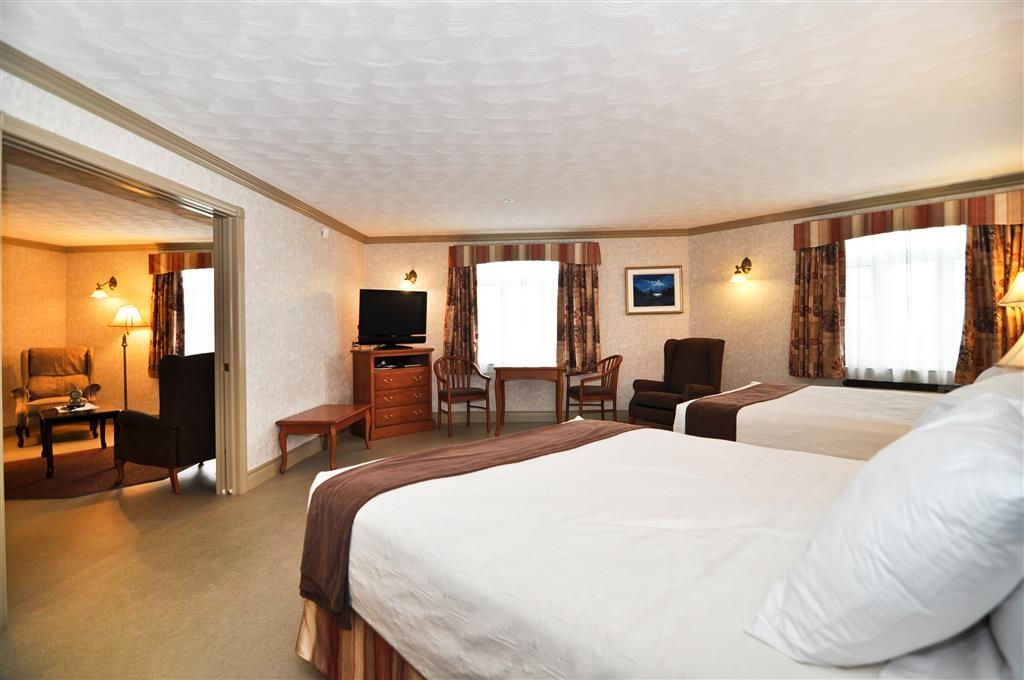 Best Western Plus Edmundston Hotel - This suite queen bedroom is equipped with a microwave and kitchenette for your snacking needs.