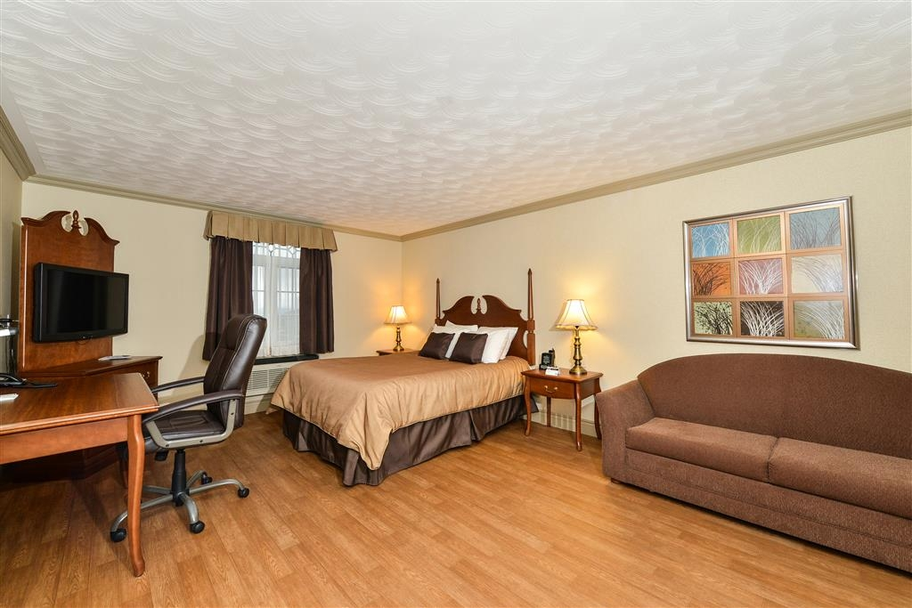 Best Western Plus Edmundston Hotel - Immediately feel at home when you walk into this suite king bedroom with a walk-in shower and kitchenette.