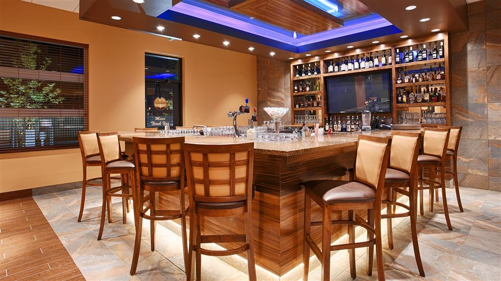 Best Western Plus Bathurst Hotel & Suites - Relax at 150 Main Street's lounge and enjoy an adult beverage after a long day!