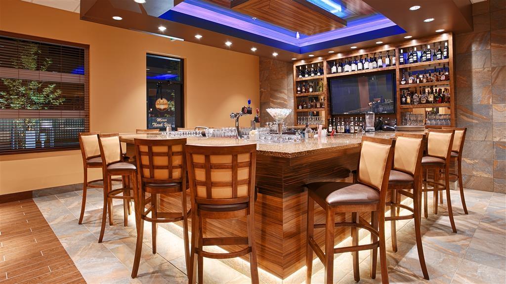Best Western Plus Bathurst Hotel & Suites - Bar / Lounge