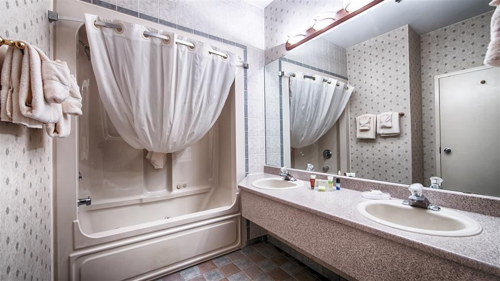 Best Western Truro - Glengarry - Enjoy getting ready for a day of adventure in this fully equipped guest bathroom.