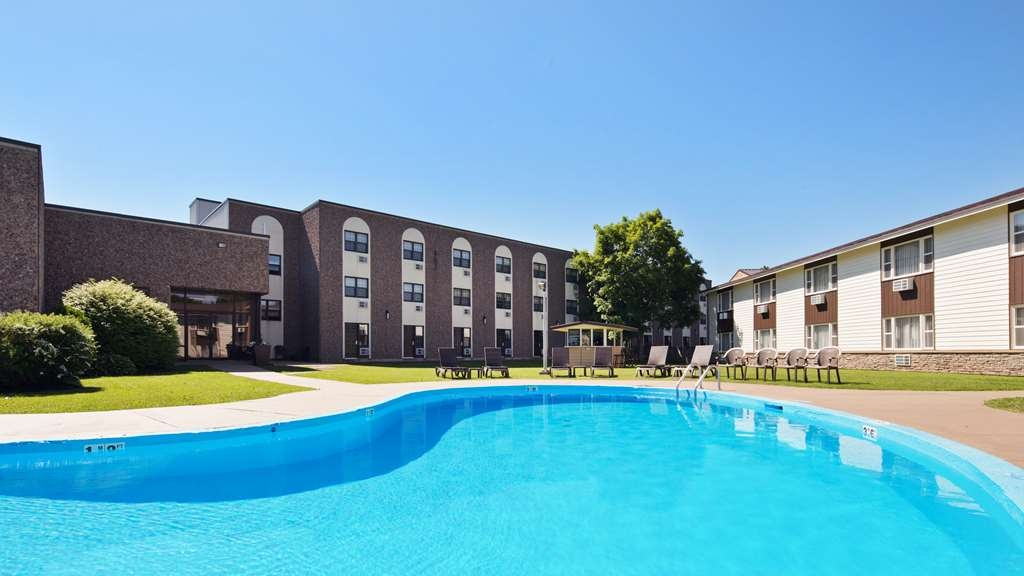 Best Western Truro - Glengarry - Take a refreshing dip or swim some laps in our seasonal outdoor pool. Rooms in our pool-side building are steps away from the main building.