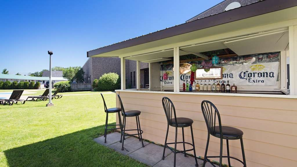 Best Western Truro - Glengarry - Grab a cold drink at the pool bar, open seasonally.