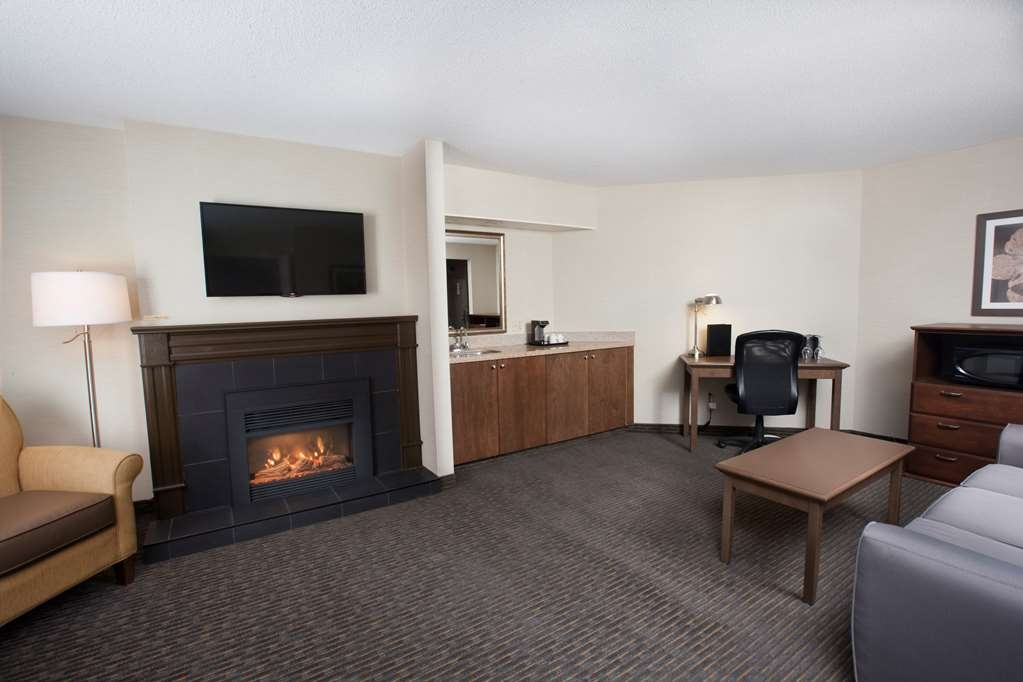 Best Western Plus Cairn Croft Hotel - Executive three room suite, two televisions, fireplace, wet bar, refrigerator and jetted tub in the bathroom.