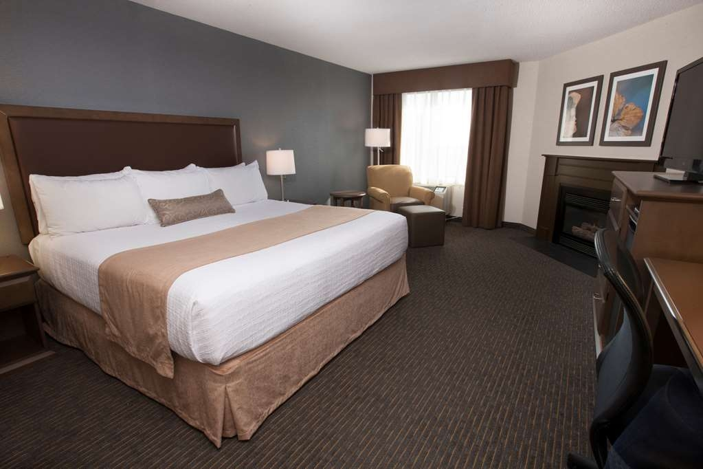 Best Western Plus Cairn Croft Hotel - Lovely and spacious guest room with one king bed and cozy fireplace. All rooms have refrigerators.