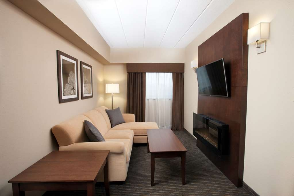 Best Western Plus Cairn Croft Hotel - Great spot to relax, with a cozy fireplace and the TV remote.