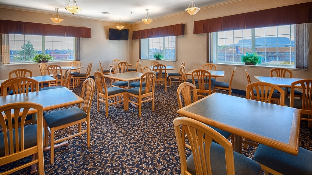 Best Western Thunder Bay Crossroads - Sit down and enjoy the morning news while sipping a delicious cup of coffee.