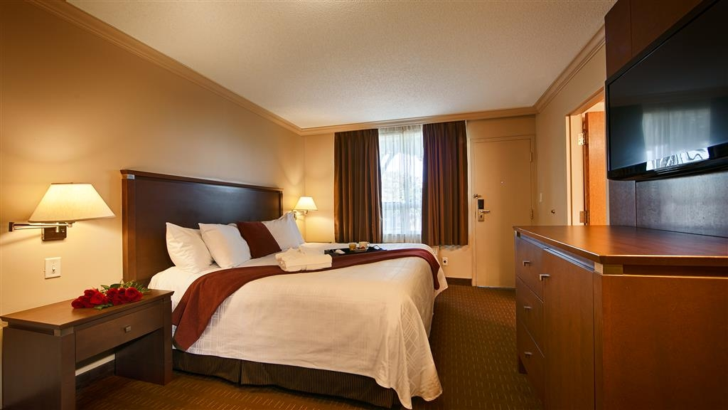 Best Western Plus Guildwood Inn - We offer a variety of One Bedroom Suites featuring King beds, sofabeds (and several with jetted tubs).