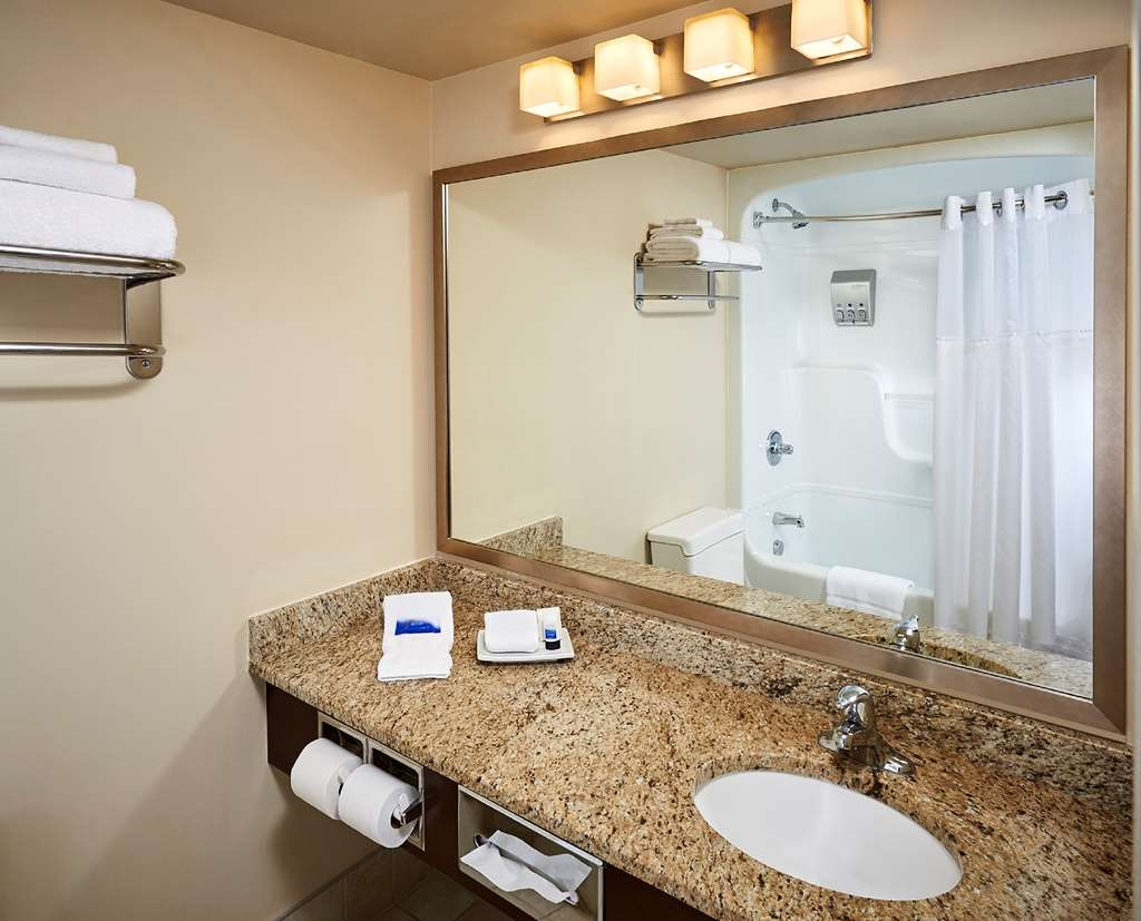 Best Western Plus Guildwood Inn - Bathroom