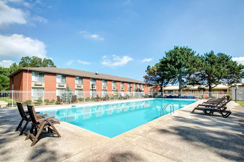 Best Western Plus Guildwood Inn - Make a splash with friends or family at our outdoor pool!