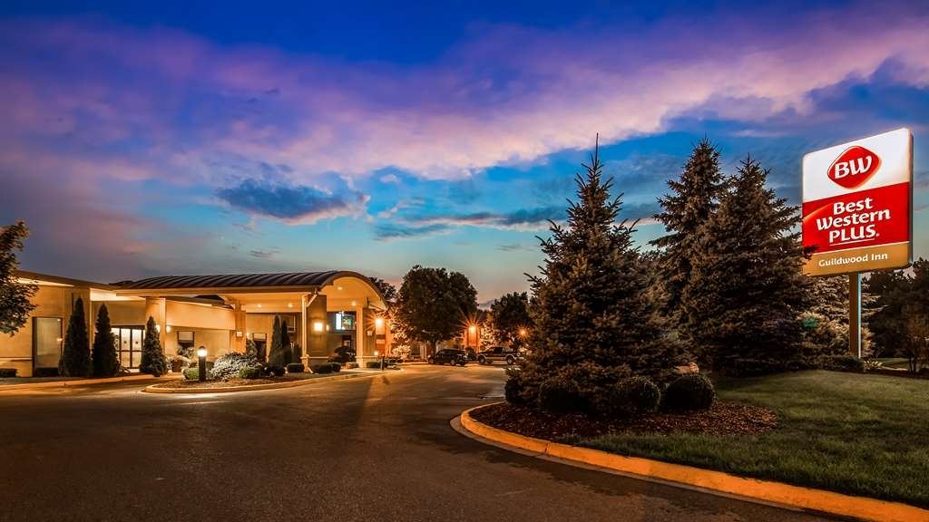 Best Western Plus Guildwood Inn - Hotel Exterior Night