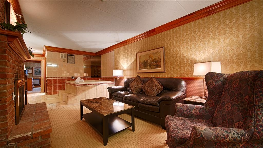 Best Western Fireside Inn - This Whirlpool suite meets your every need.