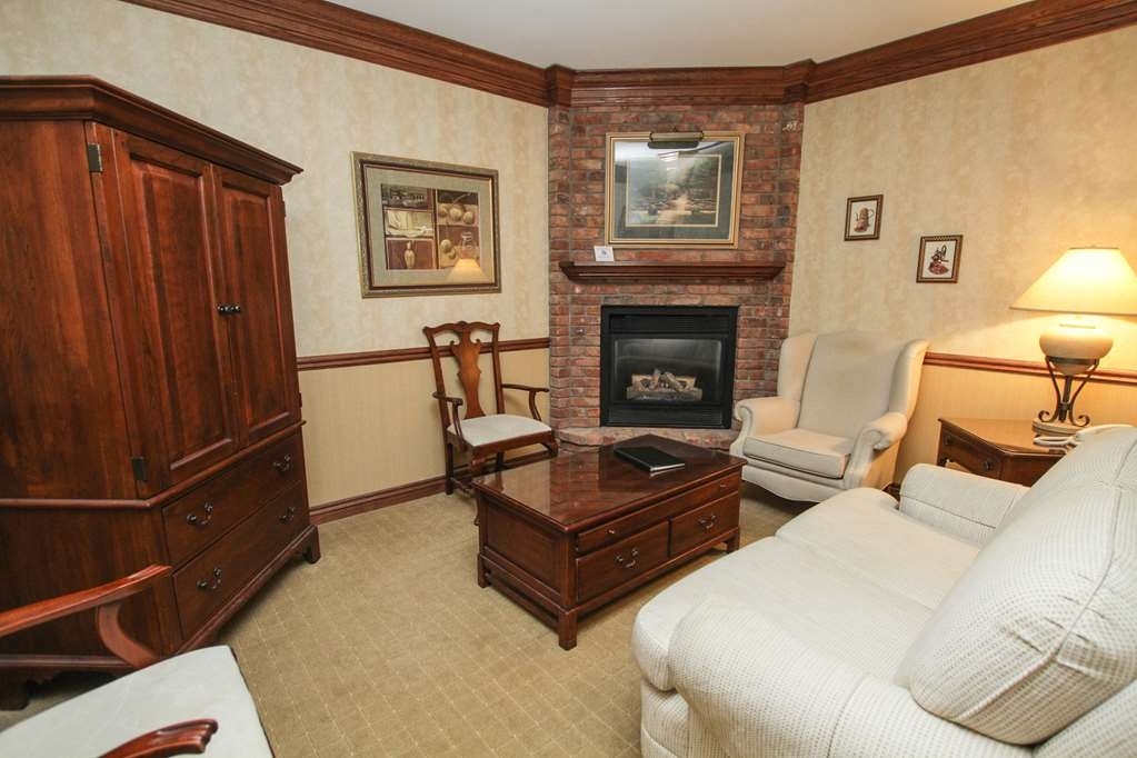 Best Western Parkway Inn & Conference Centre - King Suite sitting room area