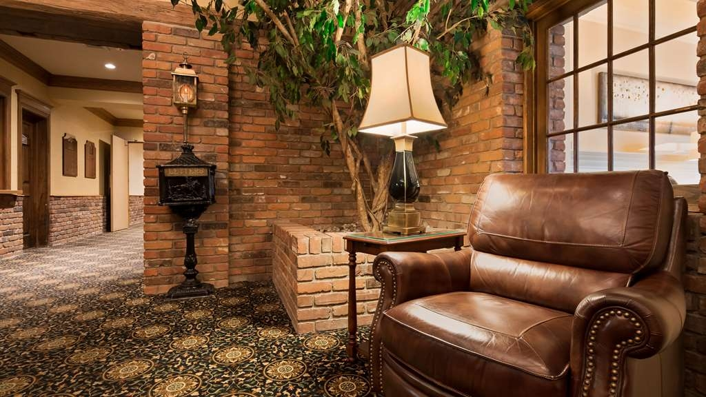 Best Western Parkway Inn & Conference Centre - Relax in the Lobby