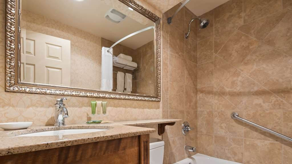 Best Western Parkway Inn & Conference Centre - Guest Bathroom