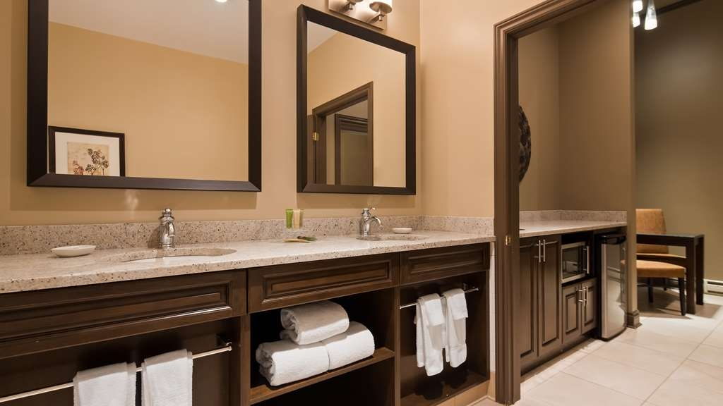 Best Western Parkway Inn & Conference Centre - King mini suite bathroom