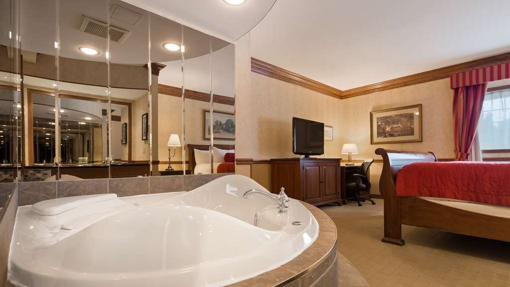Best Western Parkway Inn & Conference Centre - Luxury Suite - two room suite with bedroom featuring king bed & jetted tub and separate sitting area
