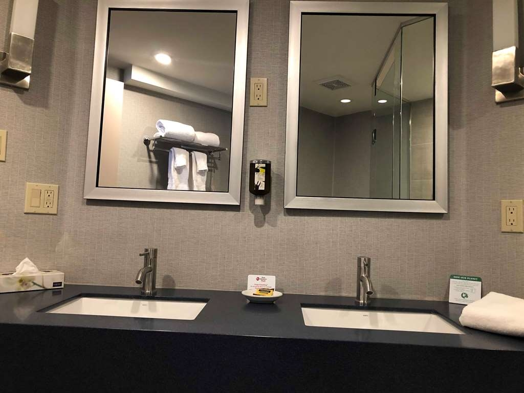 Best Western Plus Ottawa City Centre - Enjoy getting ready for the day in our fully equipped King Studio guest bathrooms.