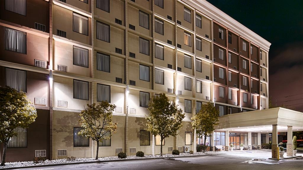 Best Western Plus Toronto Airport Hotel - Our hotel offers a free 24-hour shuttle service to the Toronto Pearson International Airport.