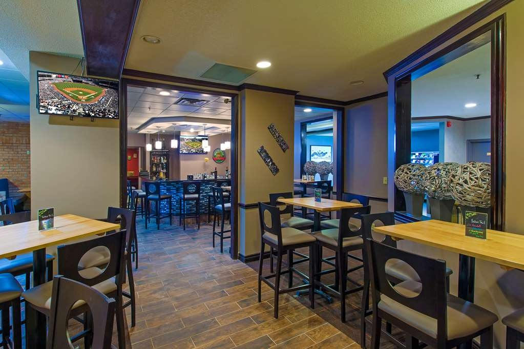 Best Western Plus Toronto Airport Hotel - End the day, or watch the game in the bar & lounge.