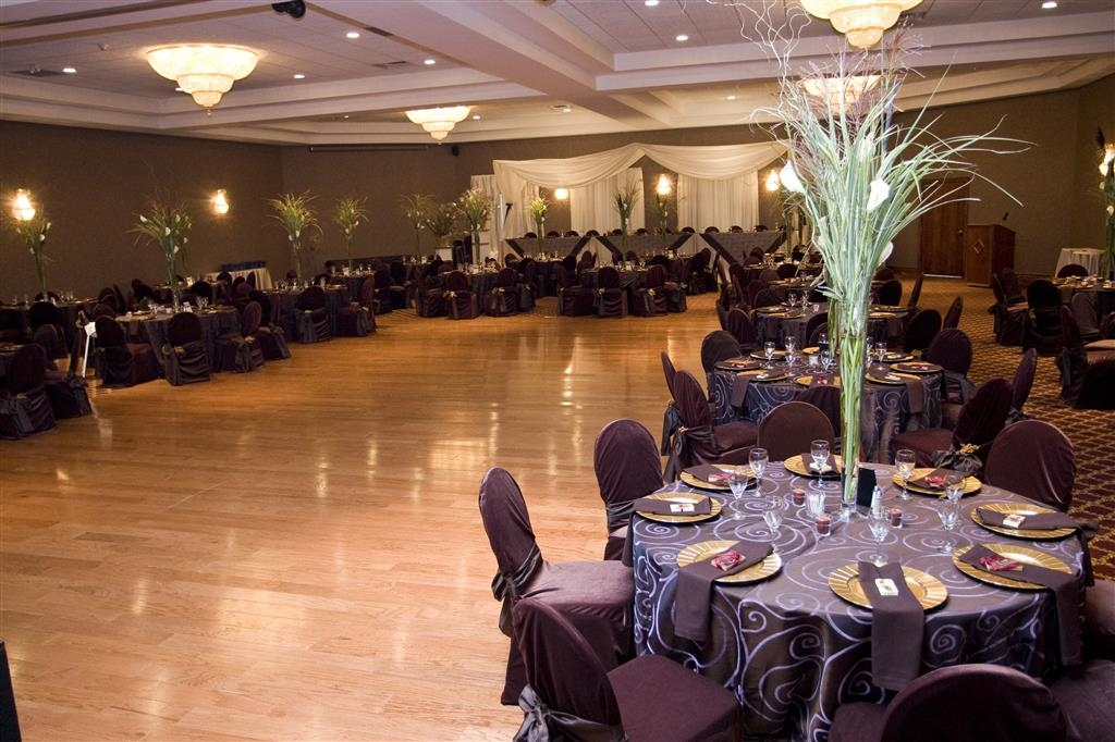 Best Western Plus Cobourg Inn & Convention Centre - Grand Ballroom accommodates up to 426 guests.