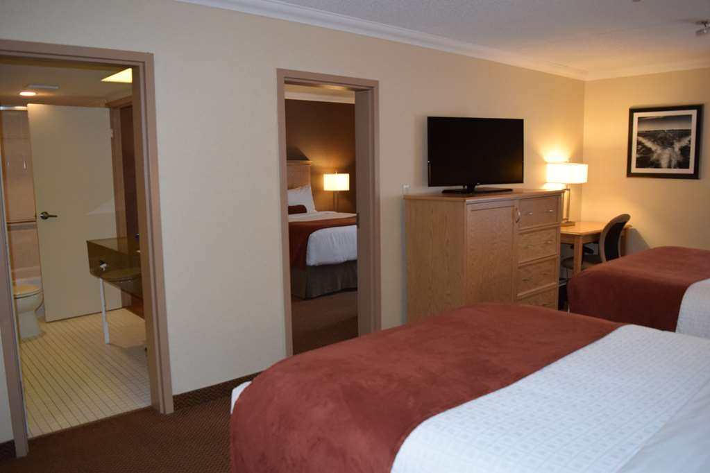 Best Western Plus Cobourg Inn & Convention Centre - 2 Bedroom Suite wit 2 beds in one room and 1 bed in the second room
