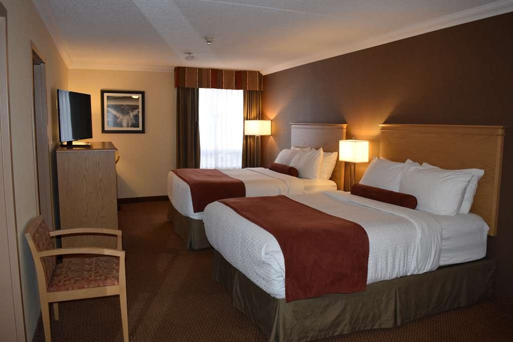 Best Western Plus Cobourg Inn & Convention Centre - Main room with 2 queen beds in 2 bedroom suite