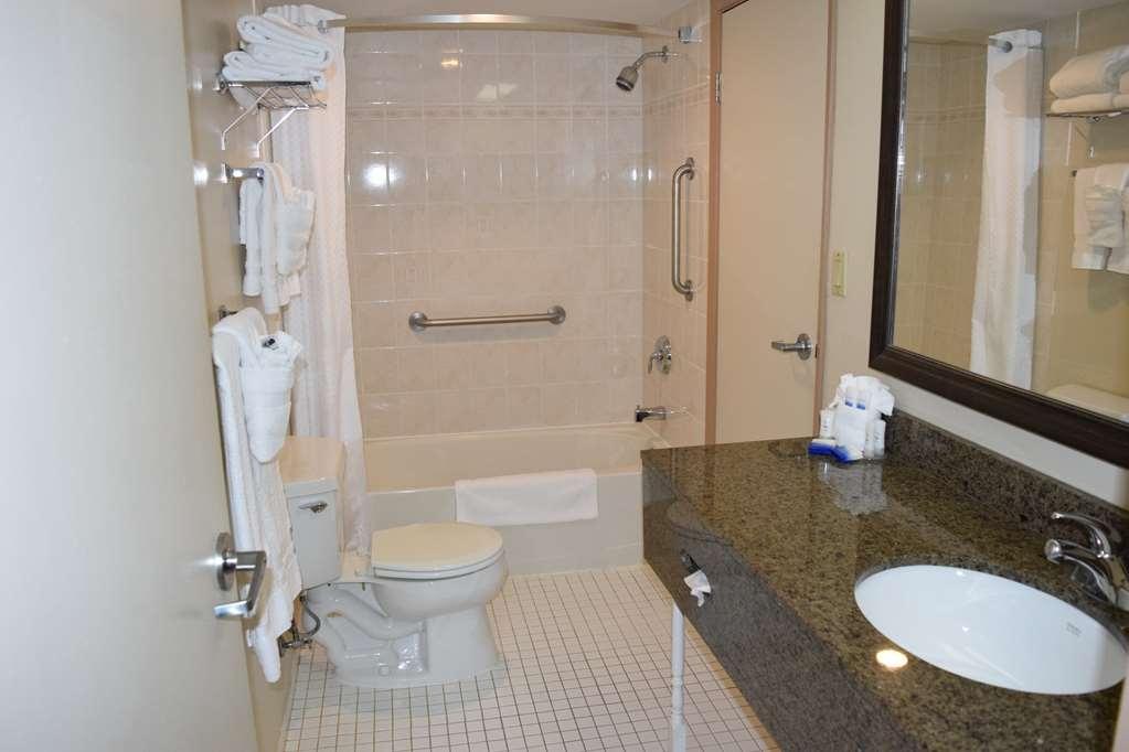 Best Western Plus Cobourg Inn & Convention Centre - Guest Room bathroom in 2 bedroom suite
