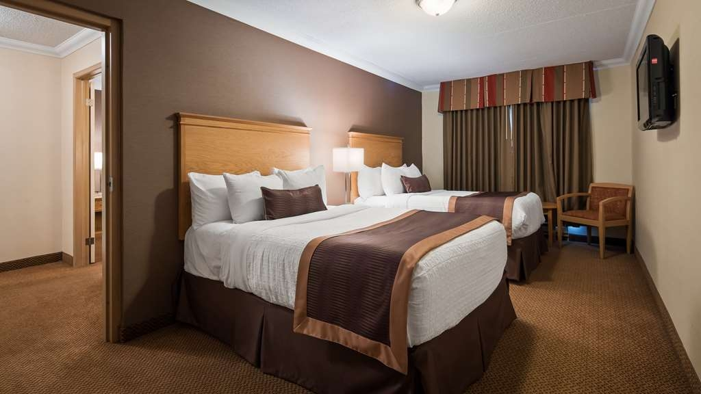 Best Western Plus Cobourg Inn & Convention Centre - Second Room with 2 double beds in our 2 bedroom family suite