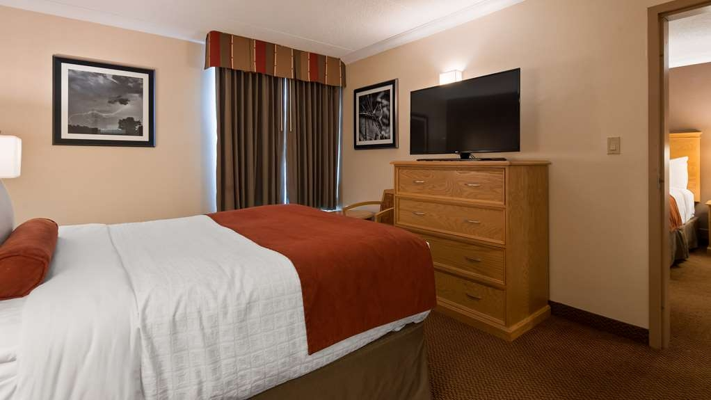 Best Western Plus Cobourg Inn & Convention Centre - Second Room with 1 Queen bed in a 2 Bedroom Suite