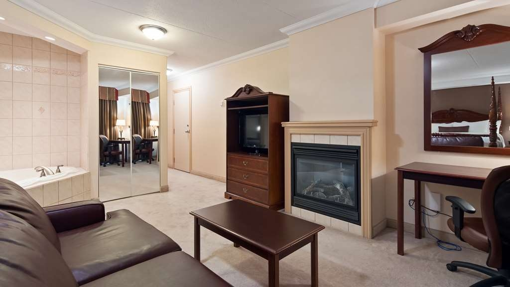 Best Western Plus Cobourg Inn & Convention Centre - Jacuzzi and fireplace in our Honeymoon Suite