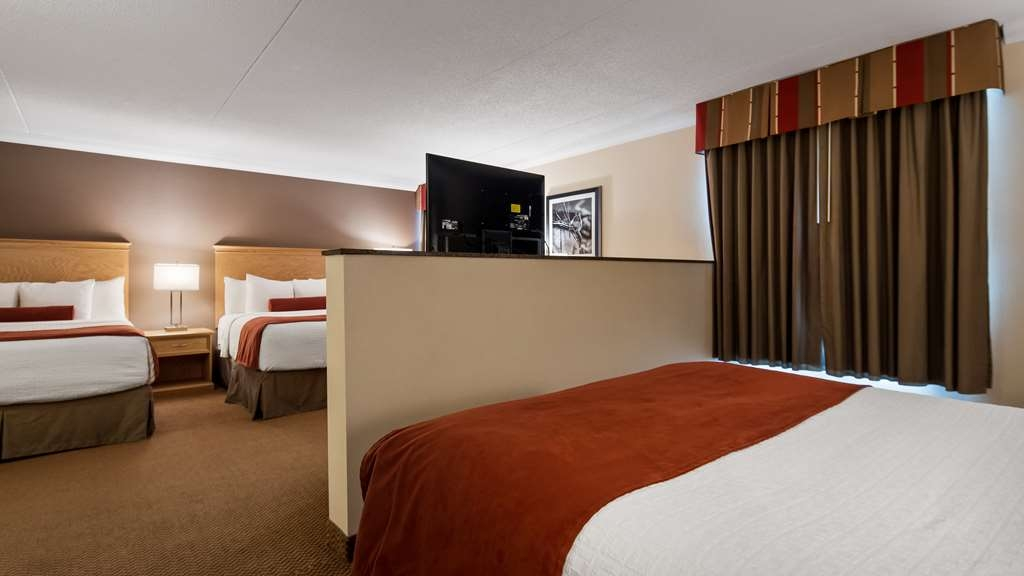 Best Western Plus Cobourg Inn & Convention Centre - Oversized L-Shaped Room with 3 Queen Beds
