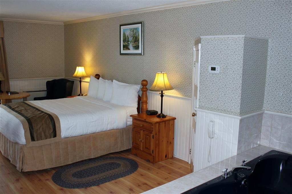 Best Western Smiths Falls Hotel - Deluxe Queen Room with Whirlpool
