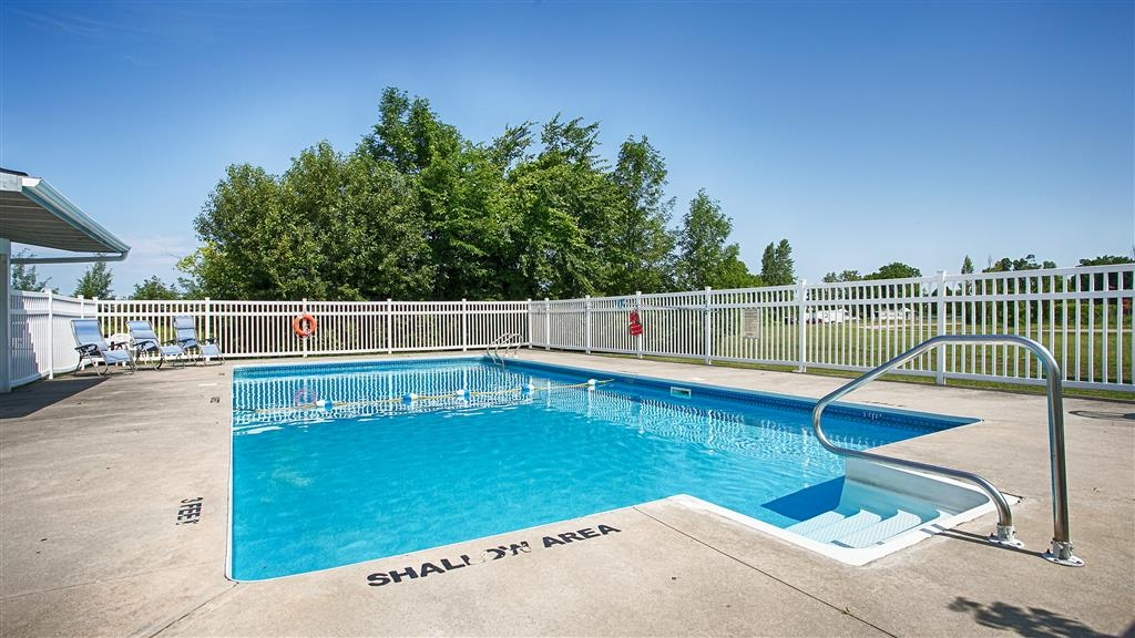 Best Western Smiths Falls Hotel - Seasonal Outdoor pool.