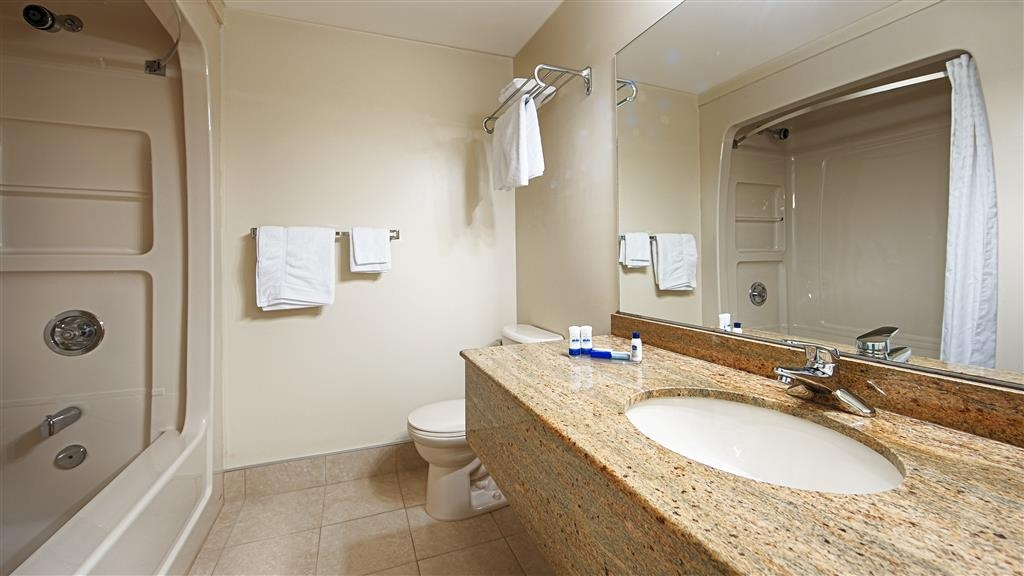 Best Western Smiths Falls Hotel - Guest Bathroom