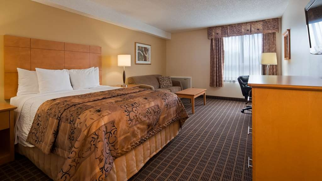 Best Western Smiths Falls Hotel - Queen Room with Seating Area