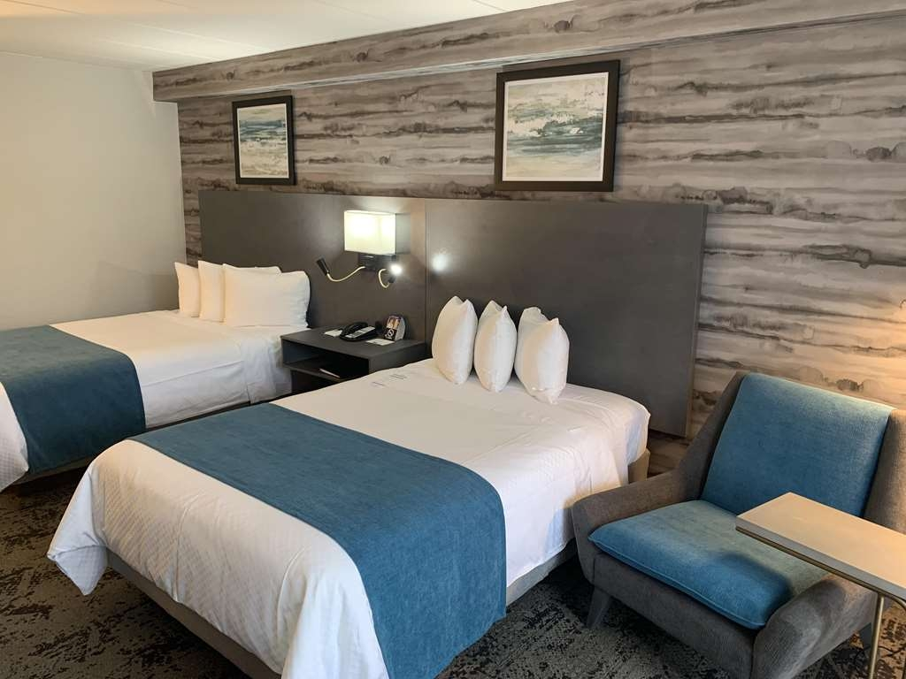 Best Western Parkway Hotel Toronto North - Newly rejuvenated guest room, featuring modern bathroom, microwave, mini-fridge and private balcony