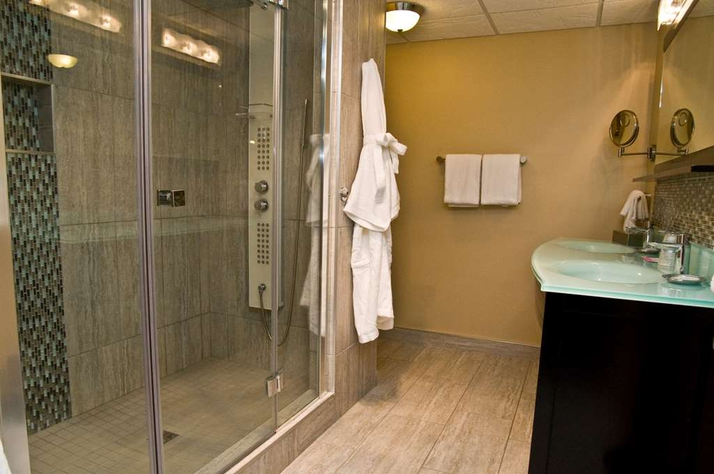 Best Western Plus NorWester Hotel & Conference Centre - Deluxe King and Fireplace Suite Bathroom