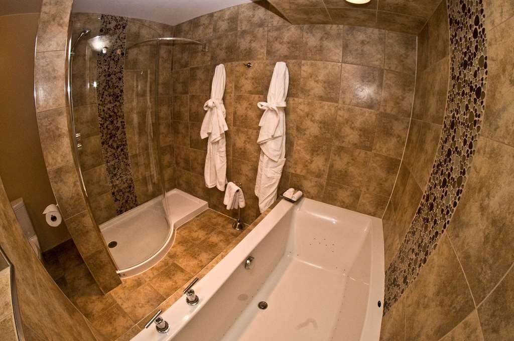 Best Western Plus NorWester Hotel & Conference Centre - Air Jet Tub Spa Bathroom