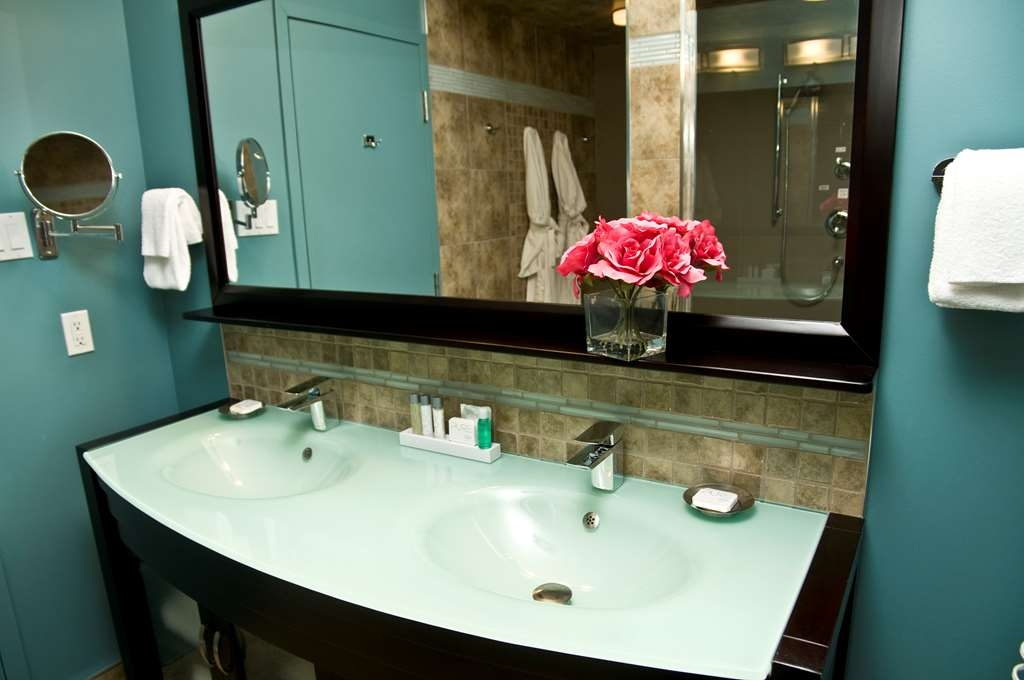 Best Western Plus NorWester Hotel & Conference Centre - Luxurious Spa Suite Bathroom