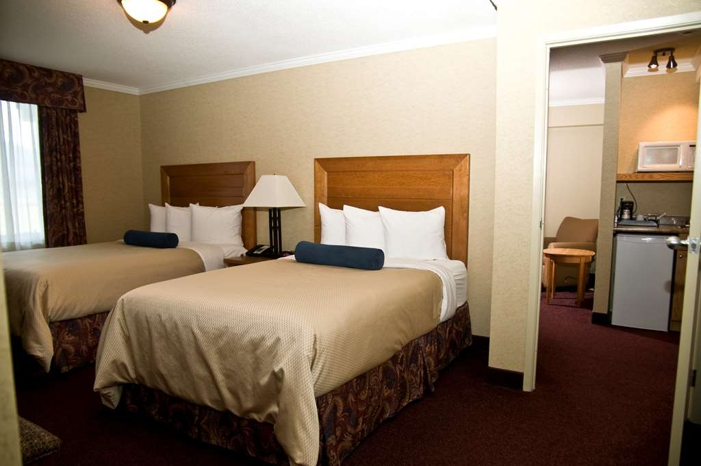 Best Western Plus NorWester Hotel & Conference Centre - Two Room Family Suite Bedroom