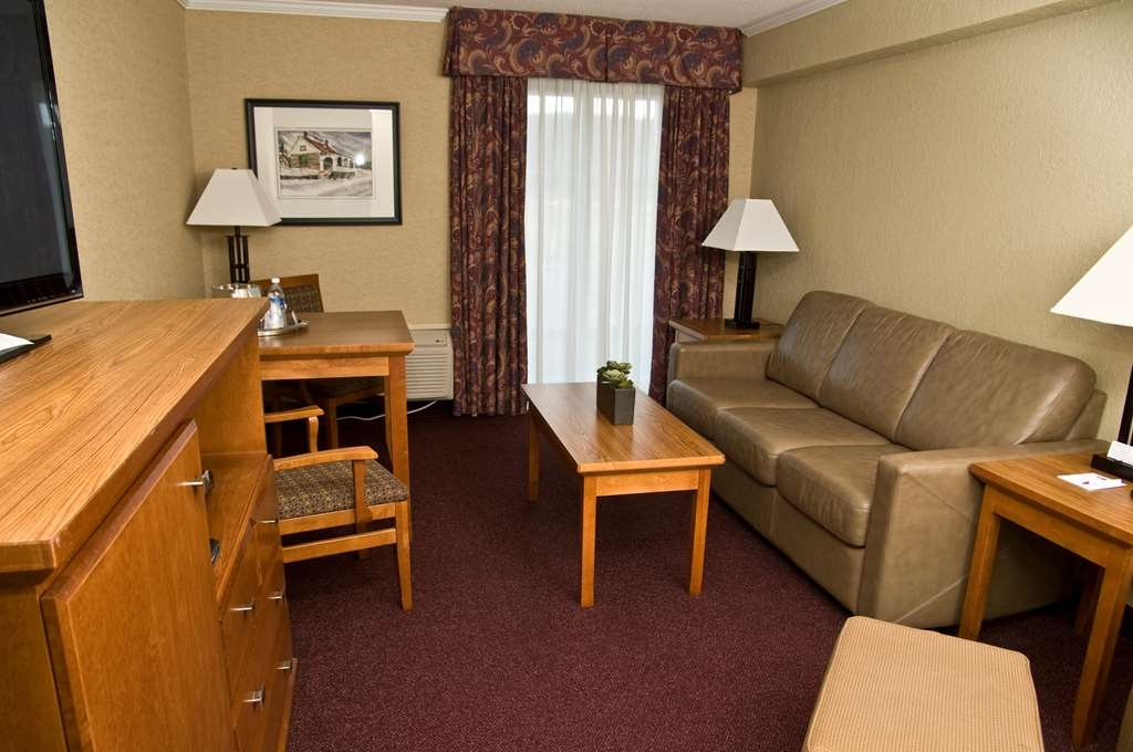 Best Western Plus NorWester Hotel & Conference Centre - Living Area of Family Suite