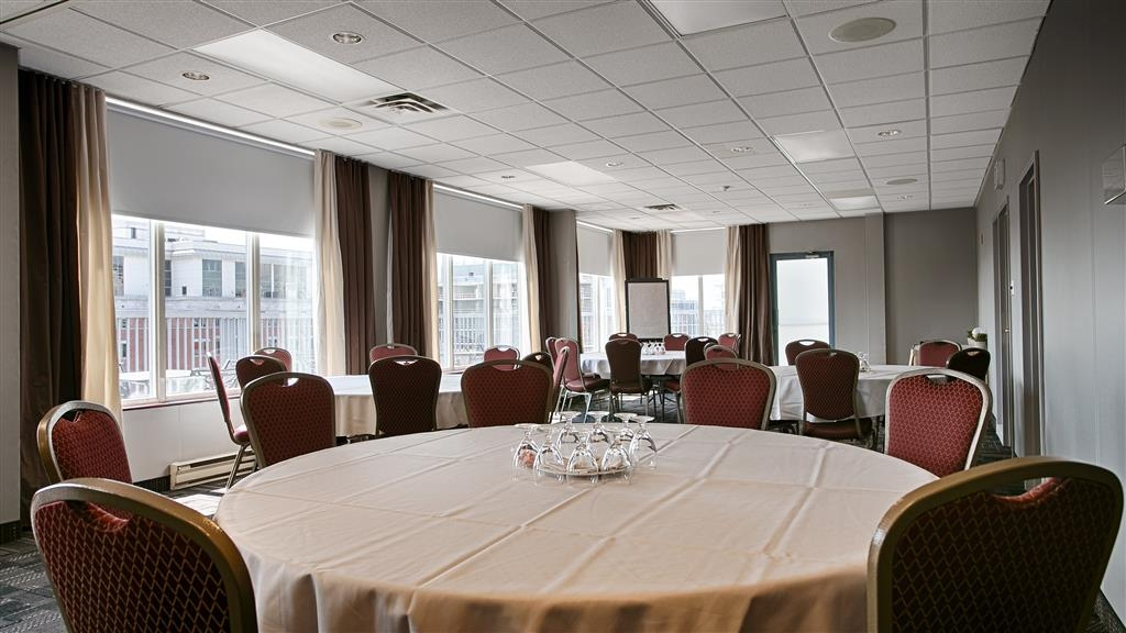 Best Western Plus Ottawa Downtown Suites - Penthouse Salon offers 958 square feet of conference space with natural lighting, for meetings/events with up to 60 people.